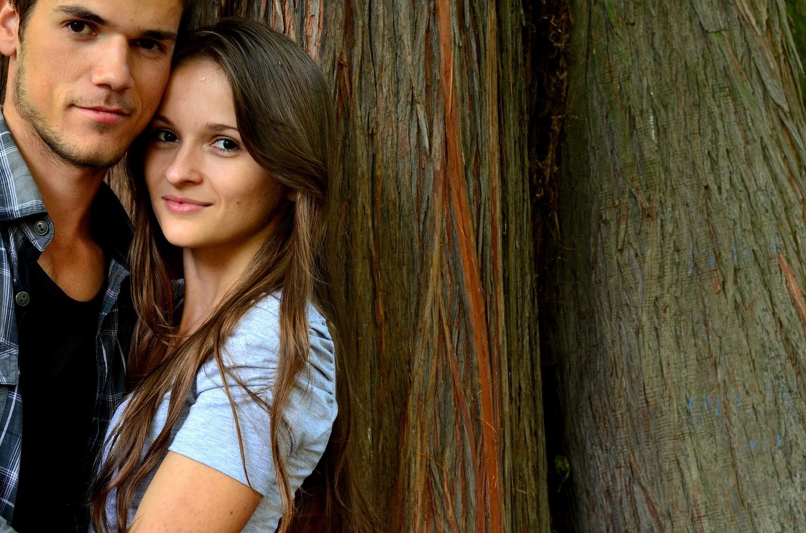 Как понять, что парень влюблен, но скрывает свои чувства?