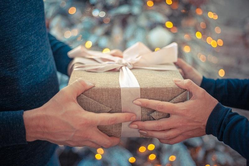 17 лет, какая свадьба и какие подарки на нее дарят?