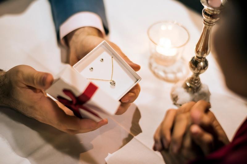 29 лет свадьбы: традиции и варианты подарков для супругов