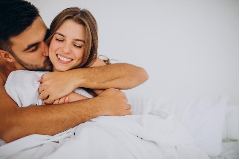 Мужчина обнимает женщину со спины: значения мужских объятий